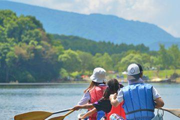 旅先でカヌーを楽しむ親子